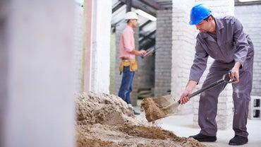 تهیه ملات توسط کارگران ساختمانی